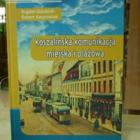 """na zdjęciu książka Bogumił Gołubicki,  Robert Kasprowiak """"Koszalińska komunikacja miejscka i plażowa"""""""