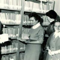 Maria Pilecka (pierwsza po prawej) z bibliotekarzami podczas otwarcia biblioteki w Dobrzycy, 1949 r.