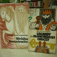 """na zdjęciu książki Gracjana Bojara-Fijałkowskiego """"Wróżba Swantewita"""", """"Legendy ze Słowińskiej Checzy"""""""