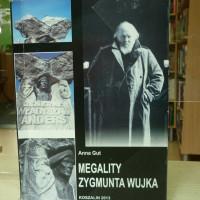 """na zdjęciu książka Anna Gut """"Megality Zygmunta Wujka"""""""