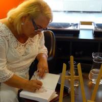 Alicja Flis składa pamiątkowy autograf