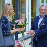 Od lewej: Z-ca KBP, Beata Sawa-Jovanoska odbiera kwiaty z rąk Z-cy Prezydenta Koszalina, Przemysława Krzyżanowskiego, dalek widoczny jest Dyrektor KBP, Dariusz Pawlikowski