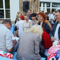 Monika Sobień-Górska, Robert Górski podpisują swoje książki, przed nimi uczestnicy spotkania
