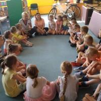 bibliotekarki czytają dzieciom książkę o sporcie