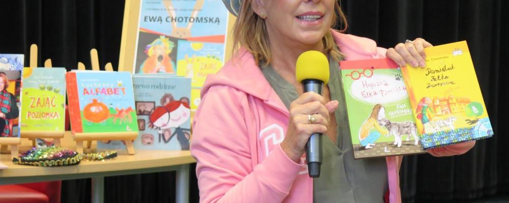 Ewa Chotomska w barwnym kapeluszu pokazuje swoje książki