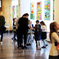 """Oglądający wystawę pokonkursową """"Ilustrujemy utwory Wandy Chotomskiej""""w Galerii Region KBP."""