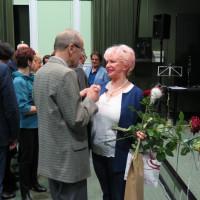 Ewa Maliszewska, z bukietem róż w ręk,u przyjmuje gratulacje