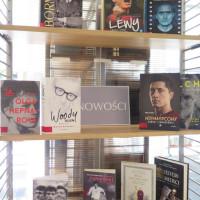 Na zdjęciu widać regał z nowościami książkowymi z gatunku biografii. Dobrze widać biografie piłkarza Roberta Lewandowskiego i reżysera Woody'ego Allena.