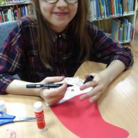 Zajęcia plastyczne i dzieci wykonują Mikołajowe postacie