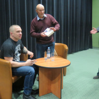 Łukasz Orbitowski rozdaje autografy