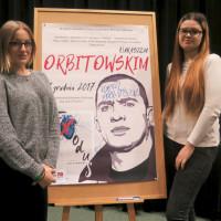 Pamiątkowe zdjęcie uczestników spotkania z Łukaszem Orbitowskim