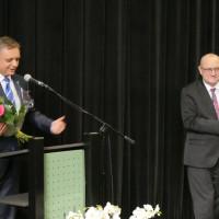 Prezydent Koszalina Piotr Jedliński składa gratulacje dyrektorowi KBP Andrzejowi Ziemińskiemu