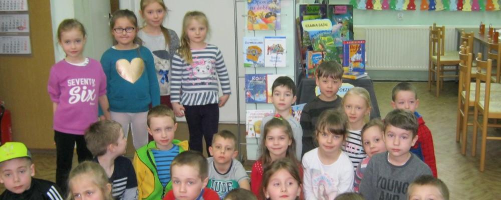 wystawa książek dla dzieci oraz grupa przedszkolaków