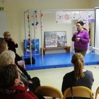 Na zdjęciu osoba prowadząca kurs pokazuje słowo w języku migowym