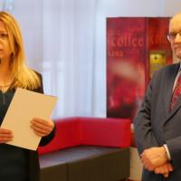 Zastępca dyrektora Koszalińskiej Biblioteki Publicznej Beata Sawa-Jovanoska składa życzenia dyrektorowi Andrzejowi Ziemińskiemu