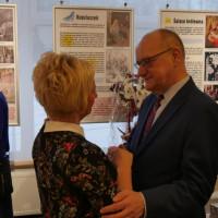 Pracownicy składają indywidualnie życzenia dyrektorowi Andrzejowi Ziemińskiemu