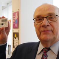 Dyrektor Andrzej Ziemiński z ofiarowaną przez pracowników biblioteczną kartą VIP-a