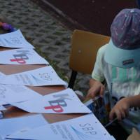 Chłopiec rozwiązuje krzyżówki dostępne na pikniku
